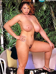 Busty pin-up filly Rachel aldana flashes her...